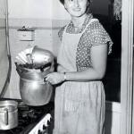 08 Ondina casalinga con le pentole